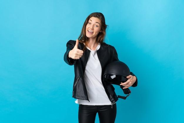 Młoda kobieta irlandii trzymając kask motocyklowy na białym tle