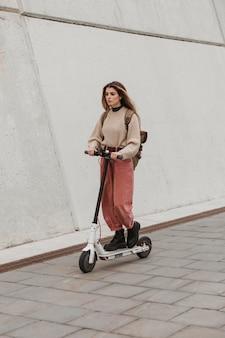 Młoda kobieta, jazda na skuterze elektrycznym