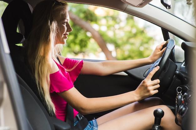 Młoda kobieta jazdy i uśmiecha się