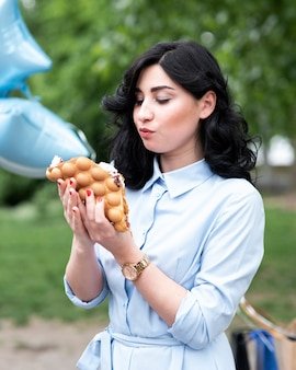 Młoda kobieta je bąbelkowego gofra