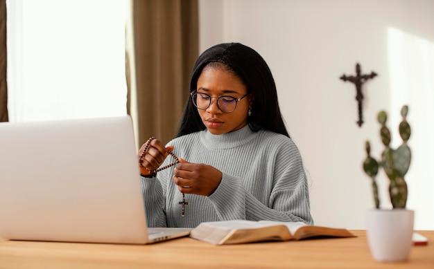 Młoda kobieta jest duchowa w domu