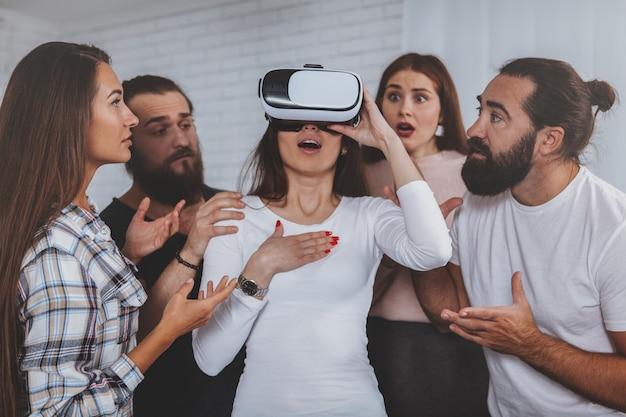 Młoda kobieta jest ubranym 3d rzeczywistości wirtualnej szkła