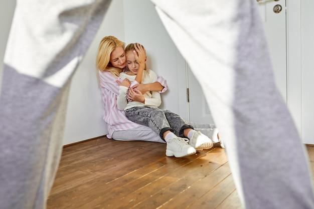 Młoda kobieta jest zmęczona znoszeniem upokorzenia ze strony męża w domu w obecności córki, rozwiedzionej, konflikt w rodzinie