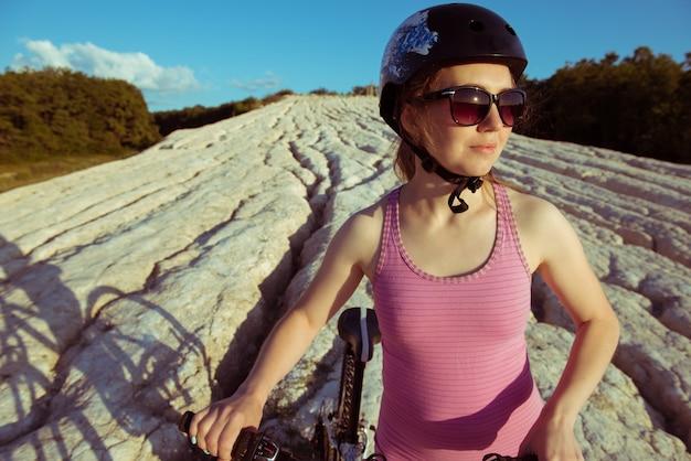 Młoda kobieta jeźdźca rower na zewnątrz