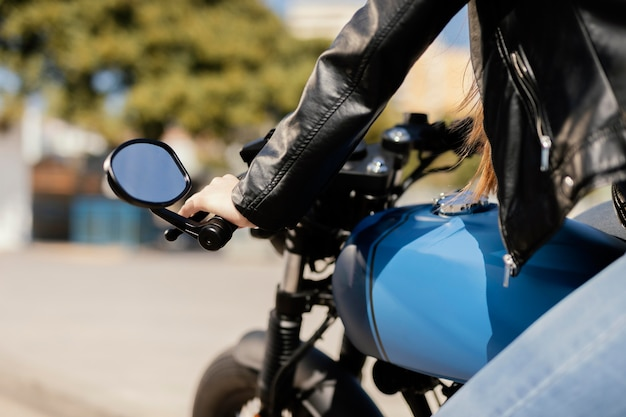 Młoda kobieta jeździ motocyklem