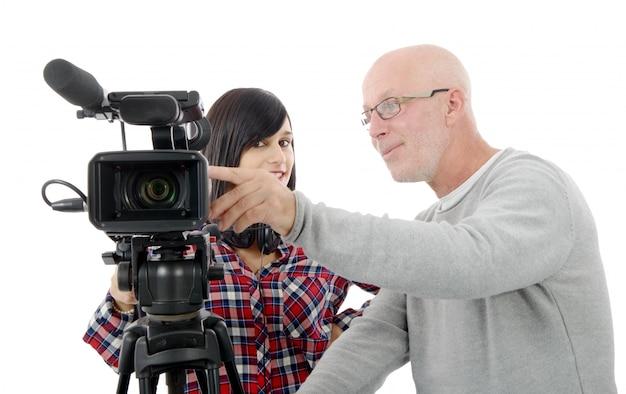Młoda kobieta kamerzysta i dojrzały mężczyzna