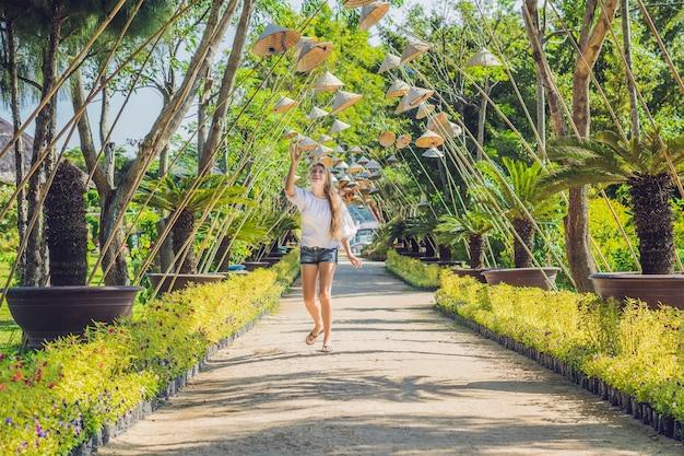 Młoda kobieta kapelusze turystyczne i wietnamskie