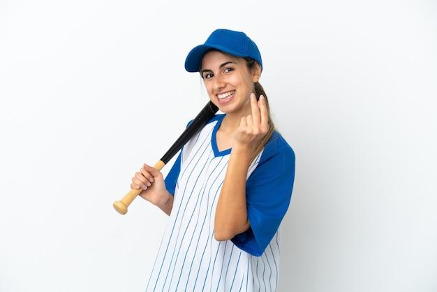 Młoda kobieta kaukaska gra w baseball na białym tle robi gest pieniędzy