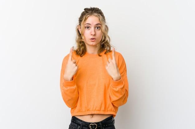 Młoda kobieta kaukaska na białym tle, wskazując do góry z otwartymi ustami.