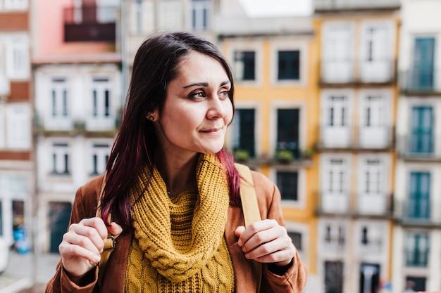 Młoda kobieta kaukaski backpacker zwiedzanie porto widoki. koncepcja podróży i przyjaźni