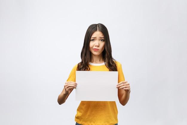 Młoda kobieta kaukaski gospodarstwa pusty arkusz papieru