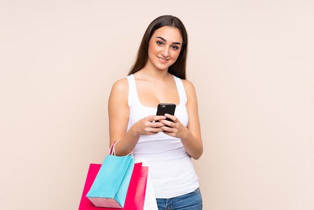 Młoda kobieta kaukaski gospodarstwa torby na zakupy