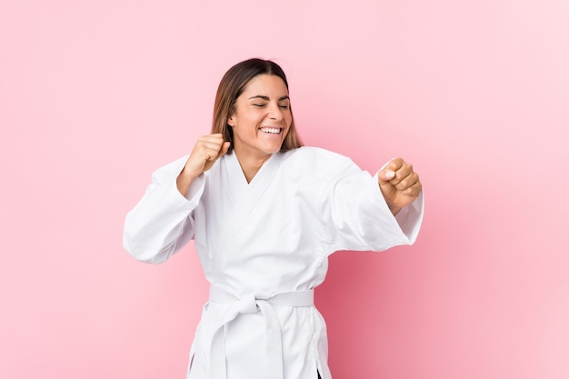Młoda kobieta kaukaski karate na białym tle