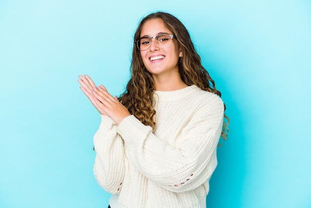 Młoda Kobieta Kaukaski Kręcone Włosy Na Białym Tle Czuje Się Energiczna I Wygodna, Pocierając Ręce Pewnie Premium Zdjęcia
