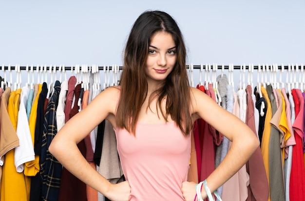 Młoda kobieta kaukaski kupuje ubrania w sklepie