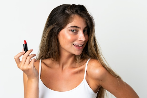 Młoda kobieta kaukaski na białym tle na biały gospodarstwa czerwona szminka