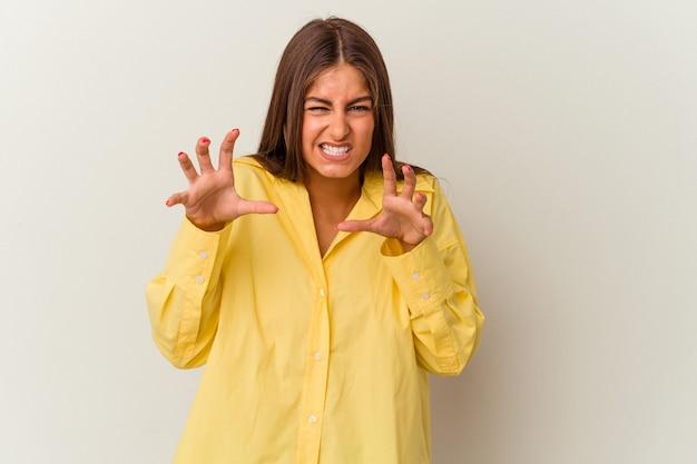 Młoda kobieta kaukaski na białym tle na białym tle obejmujące usta rękami patrząc zmartwiony.
