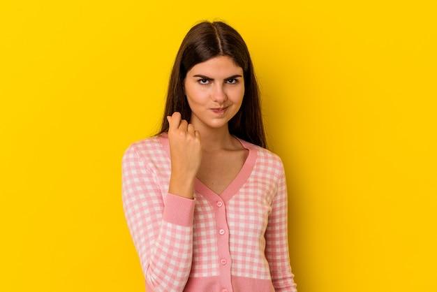 Młoda kobieta kaukaski na białym tle na żółtym tle pokazując, że nie ma pieniędzy.