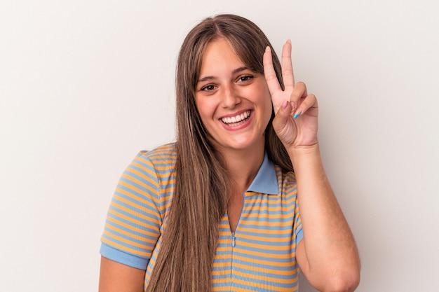 Młoda kobieta kaukaski na białym tle pokazując numer dwa palcami.