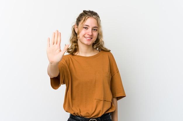 Młoda kobieta kaukaski na białym tle uśmiechnięty wesoły pokazując numer pięć palcami.