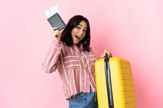 Młoda kobieta kaukaski na białym tle z walizką i paszportem