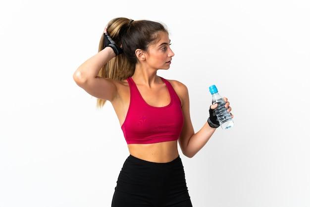 Młoda kobieta kaukaski na białym tle ze sportową butelką wody