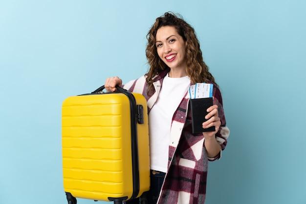 Młoda kobieta kaukaski na wakacjach z walizką i paszportem