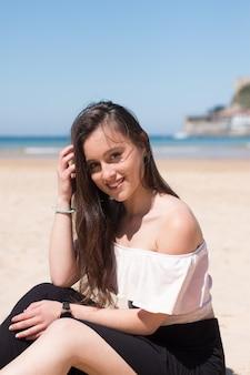 Młoda kobieta kaukaski pozowanie na plaży