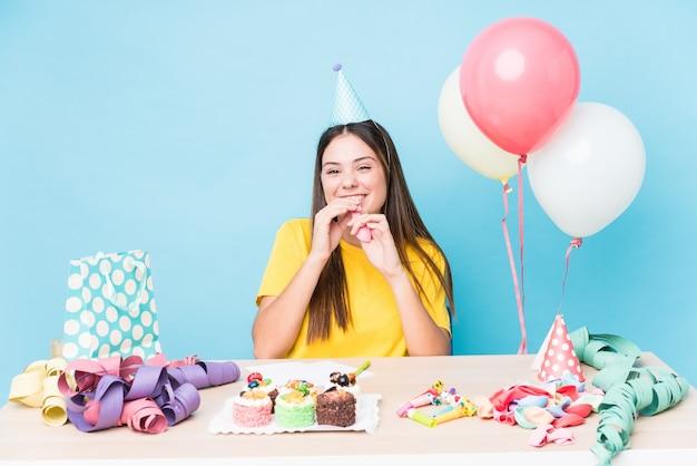 Młoda kobieta kaukaski przygotowuje przyjęcie urodzinowe