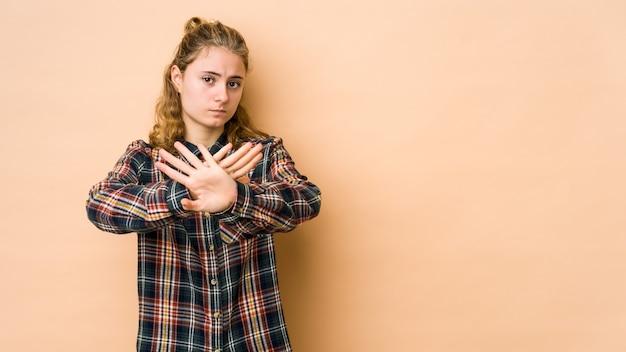 Młoda kobieta kaukaski robi gest odmowy