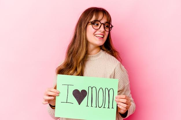 Młoda kobieta kaukaski trzymając afisz kocham mama