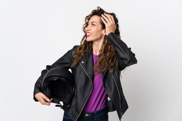 Młoda kobieta kaukaski trzymając kask motocyklowy