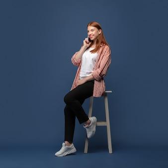 Młoda kobieta kaukaski w casual. bodypozytywna modelka