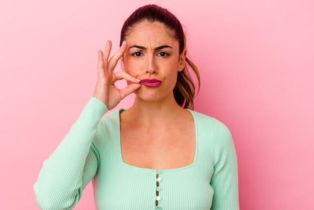 Młoda kobieta kaukaski z gestem usta suwak