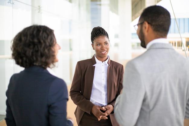 Młoda kobieta kierownik spotkania partnerów