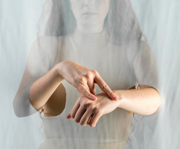 Młoda kobieta komunikuje się za pomocą języka migowego