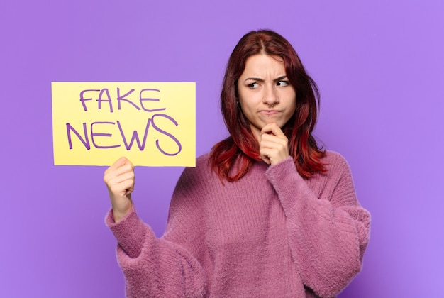 Młoda kobieta. koncepcja fałszywych wiadomości