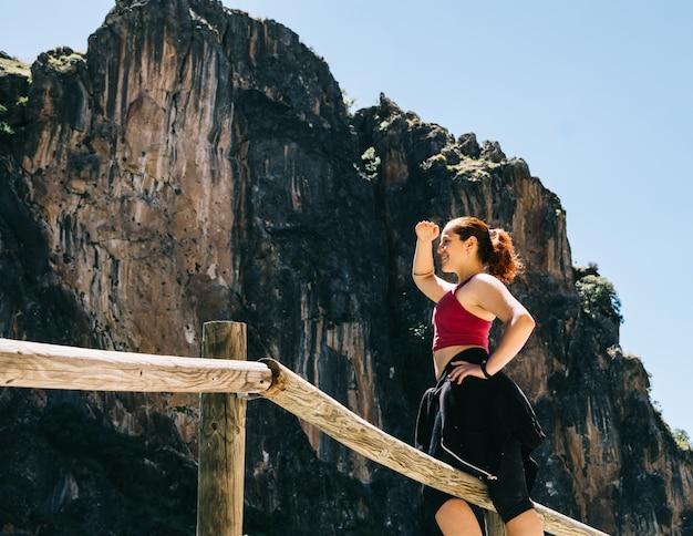 Młoda kobieta kontempluje krajobraz w los cahorros, granada, hiszpania