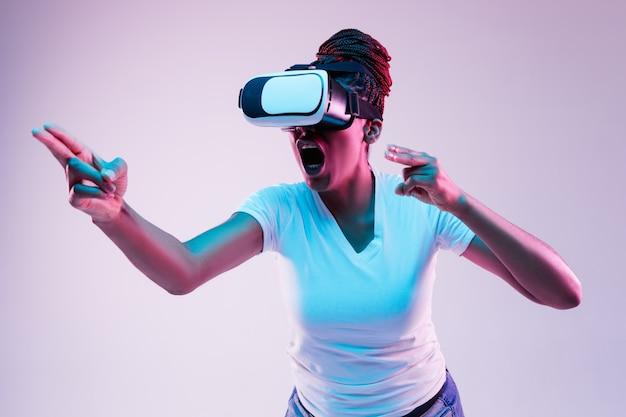 Młoda kobieta korzystająca z okularów vr z neonami
