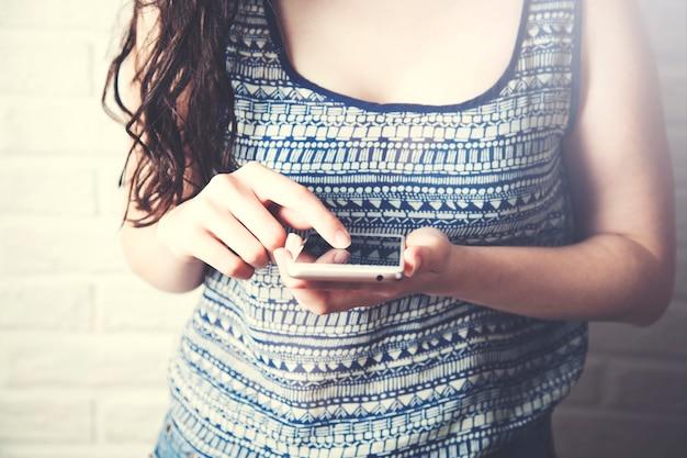 Młoda kobieta korzystająca ze smartfona