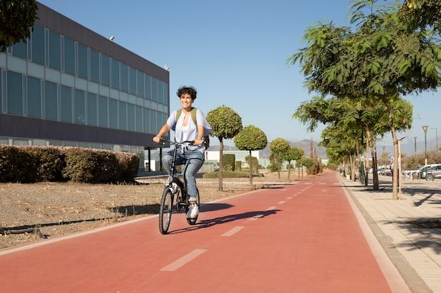 Młoda kobieta korzystająca ze swojego roweru składanego