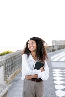 Młoda kobieta korzystających z książki na zewnątrz