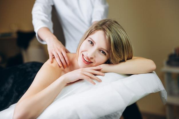 Młoda kobieta korzystających z masażu pleców