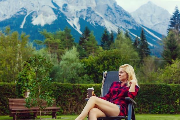 Młoda kobieta korzystających z naturalnego krajobrazu