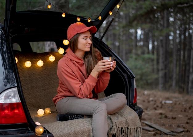 Młoda kobieta korzystających z ogniska