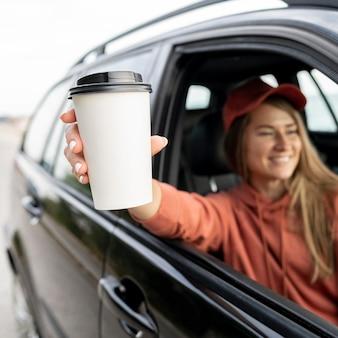 Młoda kobieta korzystających z podróży