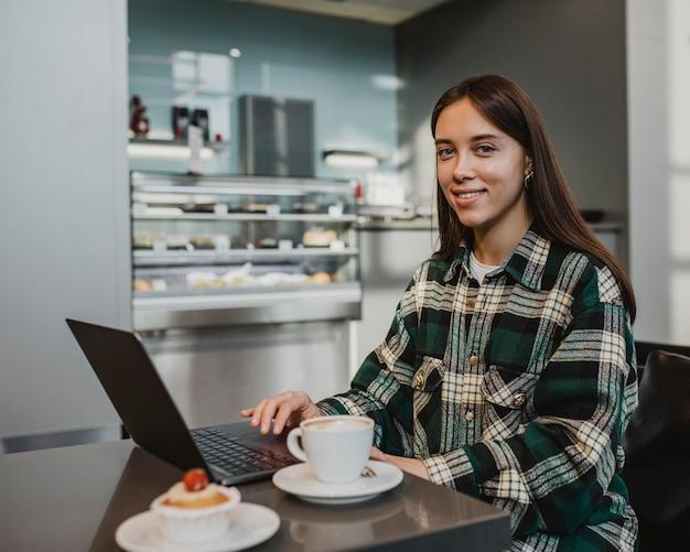Młoda kobieta korzystających z przerwy na kawę