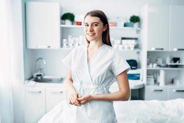 Młoda kobieta kosmetyczka w gabinecie kosmetologii