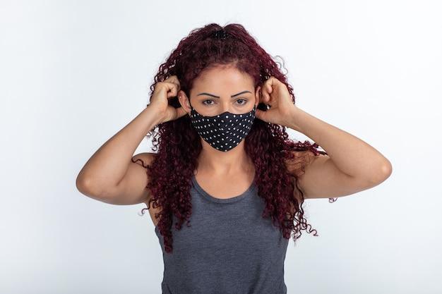 Młoda kobieta kręcone ubrana w maskę ochronną