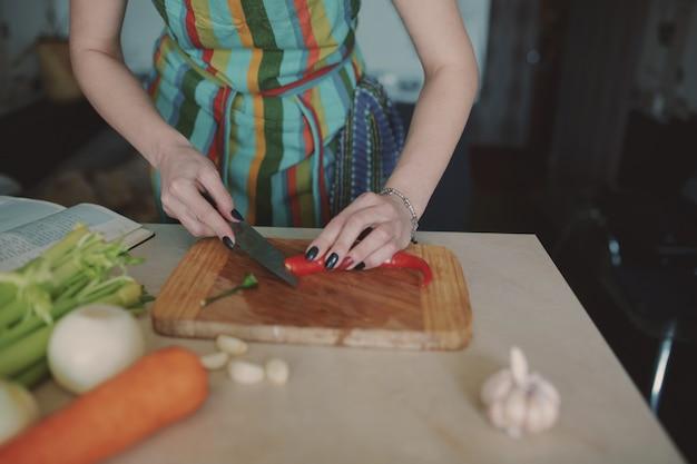 Młoda kobieta krojenie warzyw